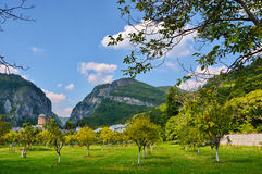 Berglandschaft mit altem Kloster Lizenzfreie Stockfotos