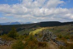 Berglandschaft mit Baum-Stumpf und Lichtstrahlen, Tschechische Republik, Europa Lizenzfreies Stockfoto