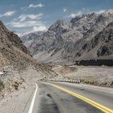Berglandschaft mit blauem Himmel und leerer Straße lizenzfreie stockbilder