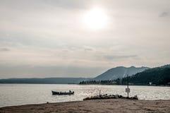 Berglandschaft mit Boot auf Fluss Lizenzfreies Stockbild