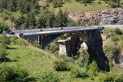 Berglandschaft mit Brücke Stockbilder