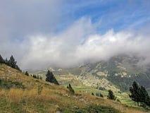 Berglandschaft mit den Wolken, Pyrenäen, Canigou-Gebirgsmassiv, Frankreich stockfotos