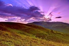 Berglandschaft mit drastischem bewölktem Himmel Karpaten, Ukraine Stockfotografie