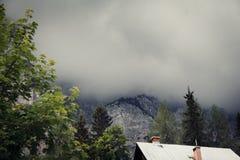 Berglandschaft mit dunklen Wolken Stockfotografie