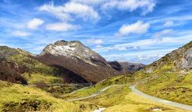 Berglandschaft mit einer kurvenreichen Straße Stockfotos