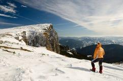 Berglandschaft mit einzigem Reisendem Stockfotografie