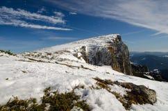 Berglandschaft mit einzigem Reisendem Stockfoto