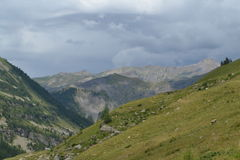 Berglandschaft mit Felsen und dunklen Wolken Lizenzfreie Stockfotografie