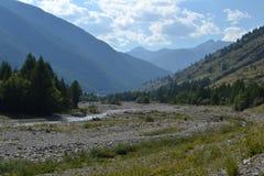 Berglandschaft mit Felsen und Gebirgsfluss Lizenzfreie Stockfotografie