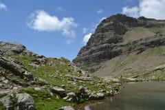 Berglandschaft mit Felsen und See Lizenzfreies Stockfoto