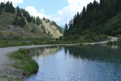 Berglandschaft mit Felsen und See- und Gebirgsstraße Lizenzfreie Stockbilder