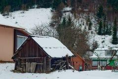 Berglandschaft mit Fluss, geziertem Wald und traditionellen Häusern Stockfoto
