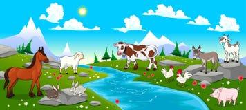 Berglandschaft mit Fluss und Tieren Stockbilder