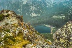 Berglandschaft mit Gebirgschalet nahe dem Teich stockbild
