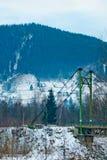 Berglandschaft mit geziertem Wald und traditionellen Häusern Stockfoto