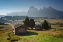 Berglandschaft mit Häuschen Alpe di Siusi lizenzfreie stockfotografie