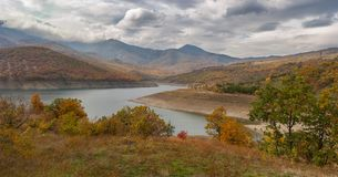 Berglandschaft mit künstlichem Reservoir nahe Alushta-Stadt an der Herbstsaison, Krimhalbinsel Stockfotografie
