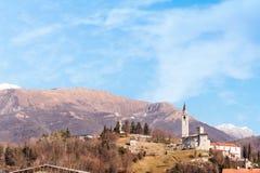Berglandschaft mit Schloss und Glockenturm stockbild