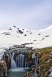 Berglandschaft mit Schnee und Fluss. Stockfoto