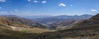 Berglandschaft mit Serpentinenstraße Die Ansicht von der Spitze von VA Lizenzfreie Stockbilder