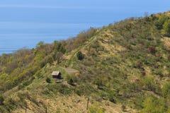 Berglandschaft mit Spur und Meer Stockfotos
