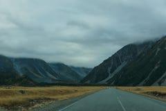 Berglandschaft mit Straße und blauem Himmel, Otago, Neuseeland Stockfoto