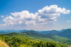 Berglandschaft mit Wäldern und Wiesen Stockfotos