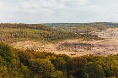 Berglandschaft mit Wald und Himmel Stockfotos