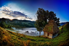 Berglandschaft am nebeligen Morgen in Rumänien Lizenzfreies Stockbild