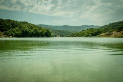 Berglandschaft, schöne Ansicht des malerischen Sees im Berg herrlich lizenzfreies stockfoto