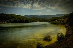 Berglandschaft, schöne Ansicht des malerischen Sees im Berg herrlich lizenzfreies stockbild