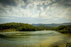 Berglandschaft, schöne Ansicht des malerischen Sees im Berg herrlich lizenzfreie stockbilder