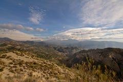 Berglandschaft Sierre Nevada unter einem blauen Himmel mit weichen Wolken Lizenzfreies Stockfoto