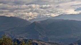 Berglandschaft Sierre Nevada unter grauen Wolken Stockfotografie