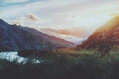 Berglandschaft, Sonnenuntergang auf Katun-Fluss Lizenzfreie Stockfotografie