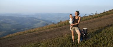Berglandschaft und Mutter mit Baby Lizenzfreie Stockfotos