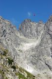 Berglandschaft und rote Drahtseilbahnkabine bis zu Lomnicky Smith Stockbild