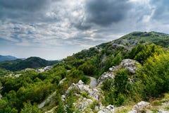 Berglandschaft und Straße im Sommer Lizenzfreies Stockbild