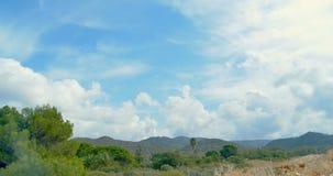 Berglandschaft und Wolken Palmen und Bäume stock video