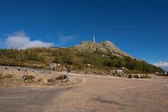 Berglandschaft, Verkehrsschildanzeichen zu Pena de Francia, Salamanca, Spanien stockbild