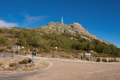 Berglandschaft, Verkehrsschildanzeichen zu Pena de Francia, Salamanca, Spanien stockfotografie