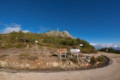 Berglandschaft, Verkehrsschildanzeichen zu Pena de Francia, Salamanca, Spanien lizenzfreie stockbilder