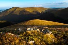 Berglandschaft während der goldenen Stunde lizenzfreie stockfotos
