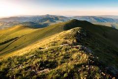 Berglandschaft w?hrend der goldenen Stunde stockfotos
