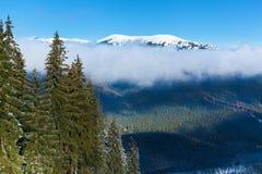 Berglandschaften und Panoramas von Schnee-mit einer Kappe bedeckten Bergspitzen Stockbild