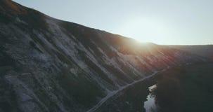 Berglandschaftsgefangennehmen von der Luft mit einer überraschenden Ansicht des Brummens stock video