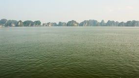 Berglandschap bij Halong-Baai, Noord-Vietnam stock videobeelden