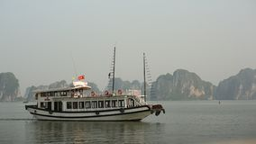 Berglandschap bij Halong-Baai, Vietnam Royalty-vrije Stock Afbeeldingen