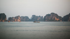 Berglandschap bij Halong-Baai, Vietnam stock videobeelden