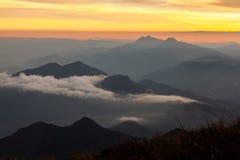 Berglandschap bij middag - zonsondergang stock afbeelding